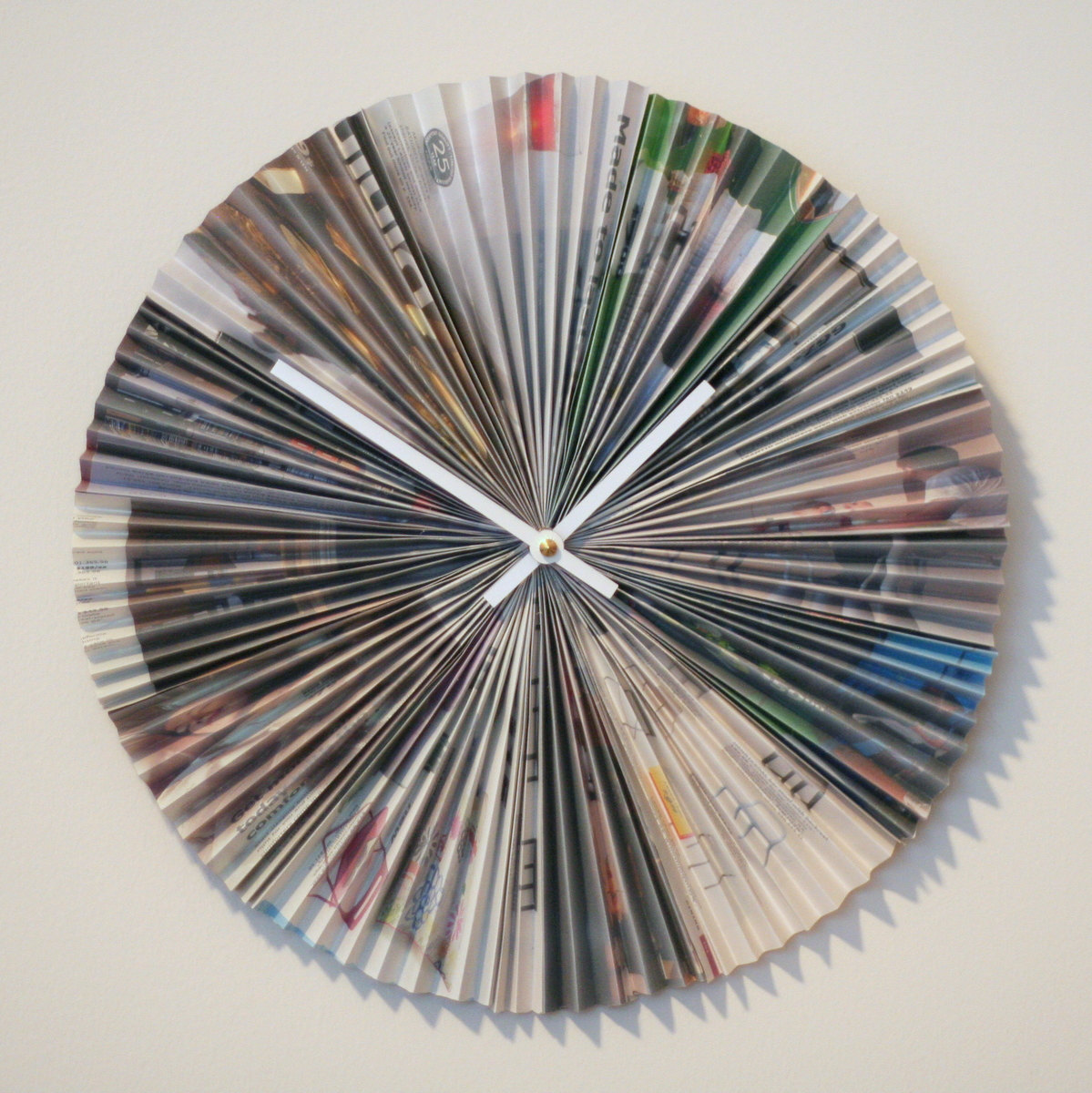 Accordion style recycled magazine clock la casa de crafts - How to reuse magazines seven inspired ideas ...